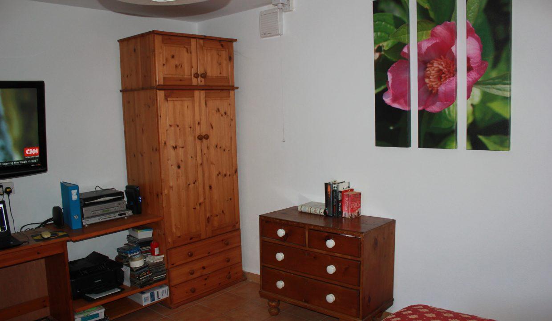 025 Bedsitting room